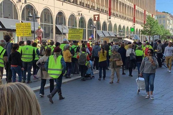 Les gilets jaunes devant le centre commercial Nice Étoile ce samedi.