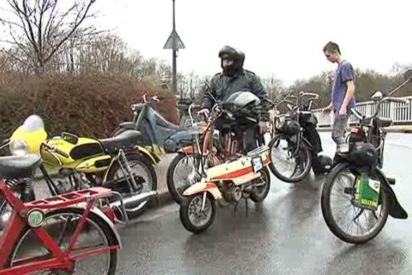 """Même la pluie ne fait pas reculer les motards de la """"Transhumance des vélomoteurs""""."""