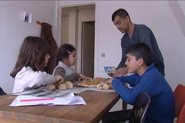 Le centre permet aux parents et à leurs enfants de retrouver une table, des chaises, un repas chaud, loin des dangers et de la froideur de la rue.