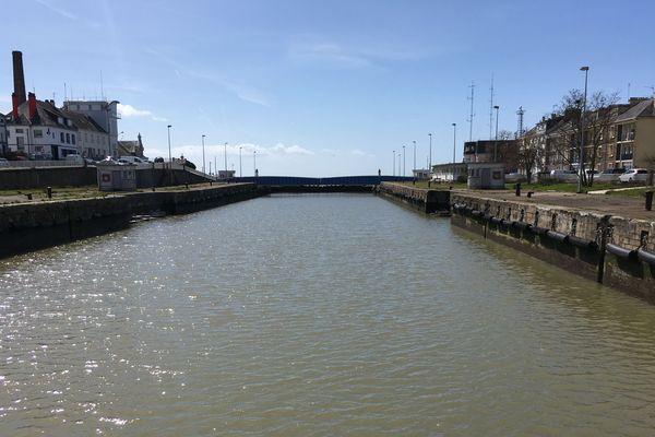 Depuis le pont basculant jusqu'au pont tournant, le sas sud, passage obligé des navires de commerce et remorqueurs.