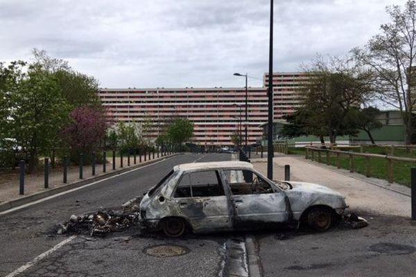 L'un des véhicules incendiés dimanche soir à la Reynerie
