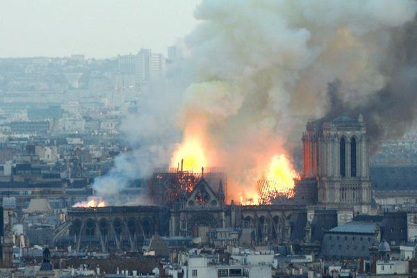 La cathédrale Notre-Dame de Paris en feu lundi 15 avril 2019