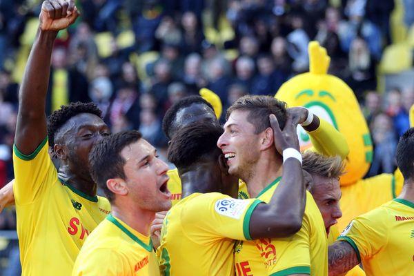 La joie des Canaris du FC Nantes autour d'Emiliano Sala, auteur du premier but face à Guingamp ce dimanche 4 novembre 2018.
