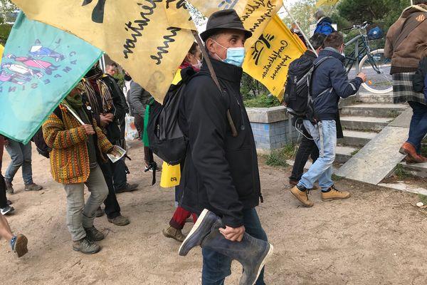Porteur de bottes venu poser symboliquement son outil de travail place Bellecour à Lyon le 12 avril 2021