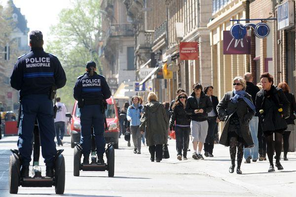 Des policiers municipaux dans les rues de Toulouse.