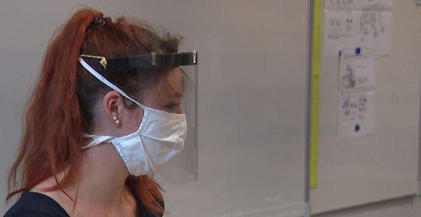 Amélie Pouly, professeure des écoles, fait cours à ses CM1 avec un masque et une visière.