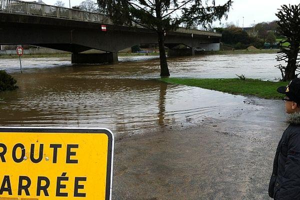 L'eau déborde de la Mayenne et les jardins familiaux sont inondés