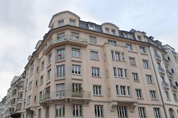 Immeuble situé à l'angle de la rue de Sédillot et de la rue de la Brigade Alsace-Lorraine.