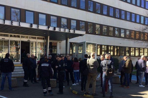 """Des policiers se sont rassemblés à Dijon mercredi 20 mars 2019 pour dénoncer les """"ultra violents"""" qui se mêlent aux manifestations des """"gilets jaunes"""" chaque samedi."""