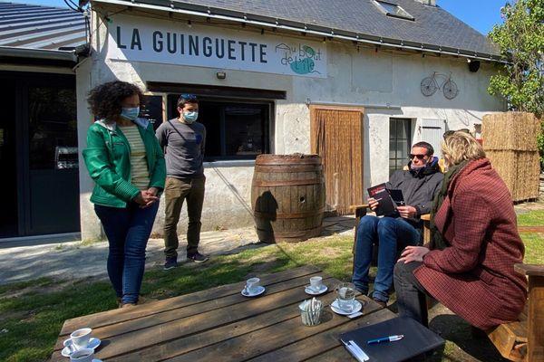 """Une petite pause café a la guinguette """"Au bout de l'île"""""""