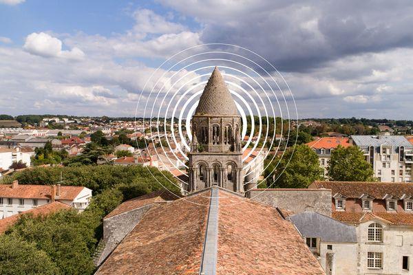 Tous les samedis, le clocher de l'Abbaye aux Dames offre un concert au voisinage.