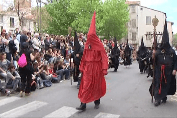 Près de 800 pénitents ont défilé dans les rues de Perpignan pour la traditionnelle procession de la Sanch.