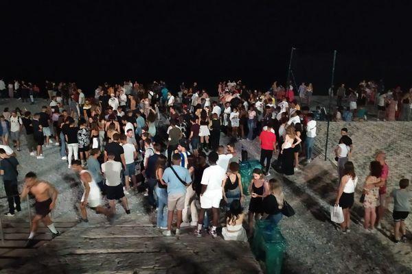 Nice,12 juin 2021 : des centaines de personnes étaient rassemblées sur la plage samedi soir au-delà de 23h, la police a dû disperser les retardataires.