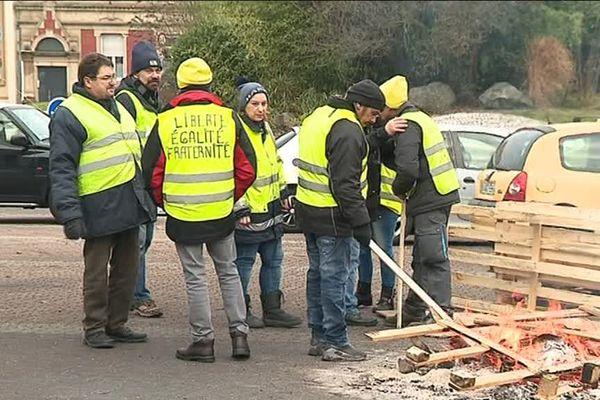 Depuis le 19 décembre 2018, un petit groupe de Gilets jaunes a élu domicile à quelques mètres du centre des impôts de Forbach.