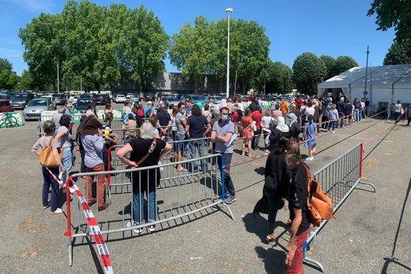 File d'attente devant le vaccinodrome de Toulouse, le samedi 8 mai 2021.