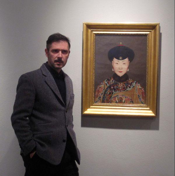 """Melvil Poupaud devant le portrait de """"La concubine """" de Jean-Denis Attiret, au musée de Dole"""