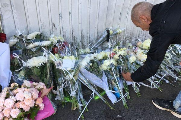Depuis ce lundi matin, les habitants du quartier déposent des fleurs devant la porte du garage.