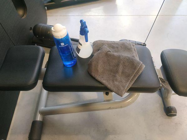 QR code à l'entrée, gel hydroalcoolique, serviette obligatoire, masque lors des déplacements entre les machines. La réouverture des salles de sport suit un protocole sanitaire strict.