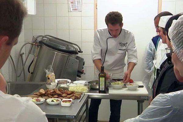 Lozère : les cuisiniers en restauration scolaire mettent l'accent sur le bio et le local à Marvejols - octobre 2019.
