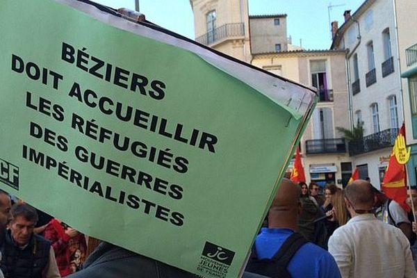 Les manifestants protestent contre le refus du maire de Béziers d'accueillir des migrants.