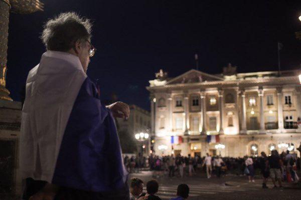 Des supporters attendent l'arrivée des champions du monde, Place de la Condorde à Paris au pied de l'hôtel Crillon, le 16 juillet 2018.