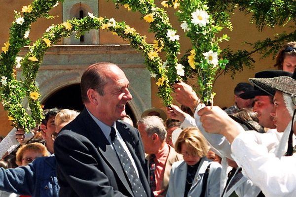 Jacques et Bernadette Chirac à la sortie de la messe à la chapelle François de Paule de Bormes les Mimosas, le 23 mai 1999.