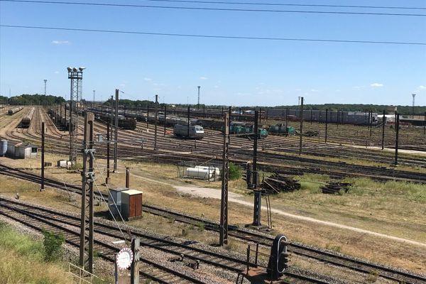 La gare de triage de Gevrey-Chambertin compte une centaine de voies de service, soit environ 80 kilomètres de voies. D'ici 2026, 24 voies seront supprimées pour améliorer la productivité du site en diminuant les coûts, notamment ceux liés à la maintenance des aiguillages.