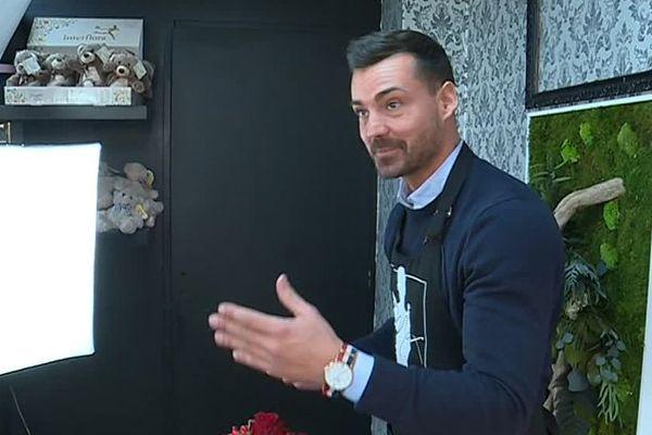 Maxime a installé un studio vidéo au fond de sa boutique de Saint-Laurent de la Salanque.
