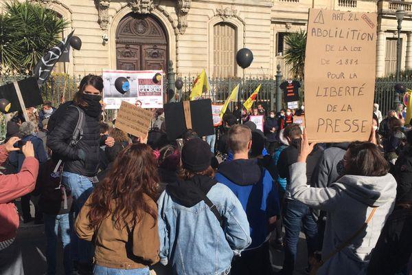 Des citoyens sont venus défendre la liberté d'expression, de la presse et leur droit de publier des images sur les réseaux sociaux.