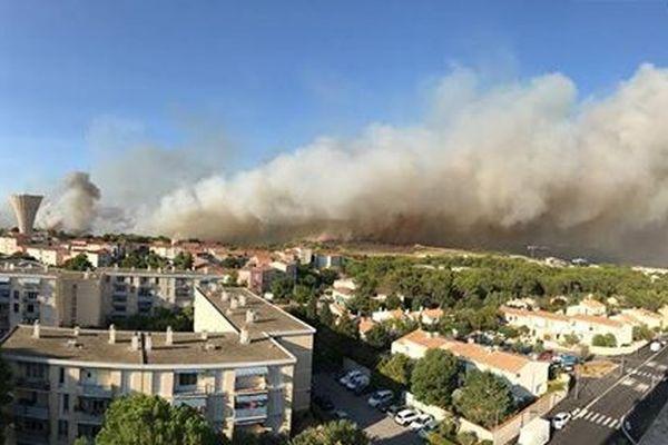 Feu de garrigue au nord de Montpellier le 6 septembre 2017. Photo prise au 9eme étage d'un immeuble dans le quartier Les Hauts de Massane à Montpellier dans l'Hérault
