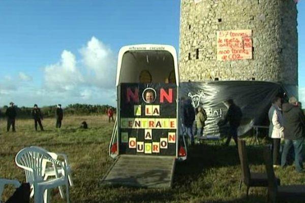Des riverains se sont rassemblés ce dimanche à Doville, dans la Manche, pour protester contre le projet d'implantation d'une centrale d'enrobage à chaud