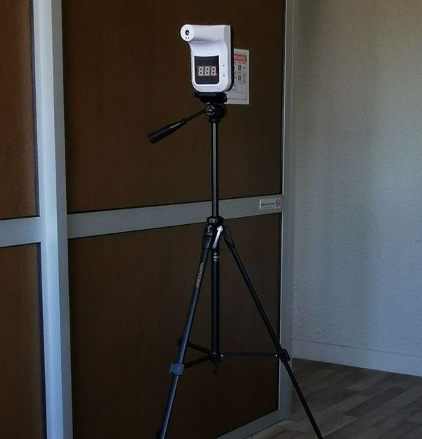 Les thermomètres à infrarouge des PUI permettent de prendre la température à distance.