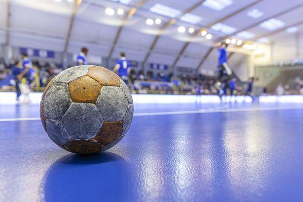 Un ballon à l'arrêt, comme les compétitions. Les clubs amateurs de handball, notamment en Haute-Loire, attendent la reprise. Photo d'illustration.