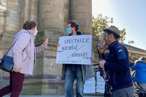 Solidaires des artistes, les fidèles ne sont toutefois pas d'accord pour qu'on assimile la messe à un spectacle