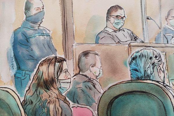 A l'arrière-plan, Rémi Chesne dans le box des accusés au procès de l'assassinat de la grotte sanglante de Sète