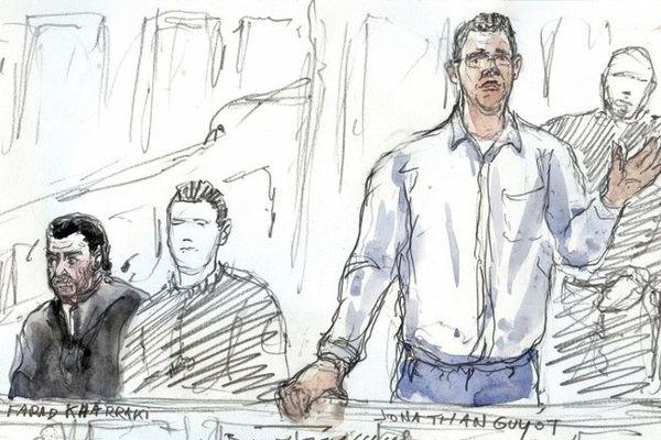 L'officier de police de Perpignan Jonathan Guyot, à droite, pendant l'audience. Il est poursuivit avec neuf autres personnes pour le vol de plus de 50 kilos de cocaïne commis en juillet 2014, au 36 Quai des Orfèvres à Paris, dans les locaux de la direction régionale de Police Judiciaire de Paris.