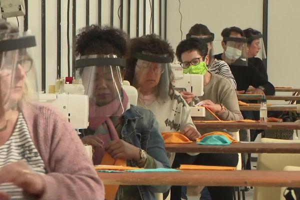 C'est au Parc des Expositions de La Teste-de-Buch que 130 couturières fabriquent des masques depuis le 15 avril dans une usine installée en moins de 48 heures