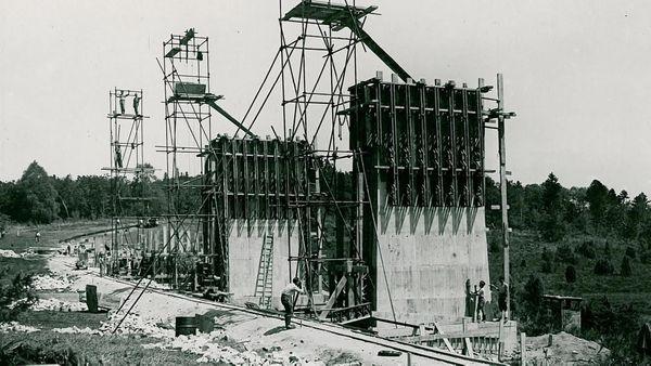 La construction du barrage a débuté en 1947, pour s'achever en 1950