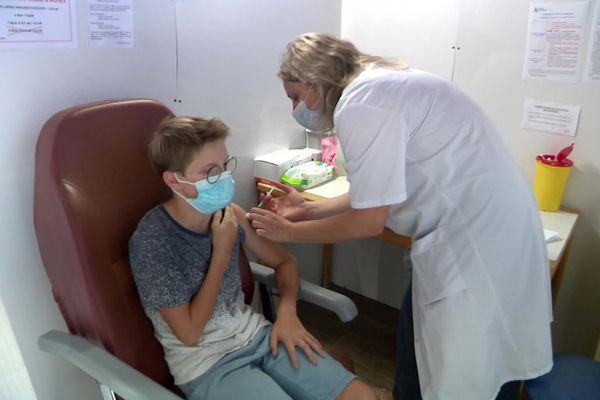 Brieuc, 12 ans, se fait vacciner dans le centre de Pont-Audemer, et sur son temps scolaire