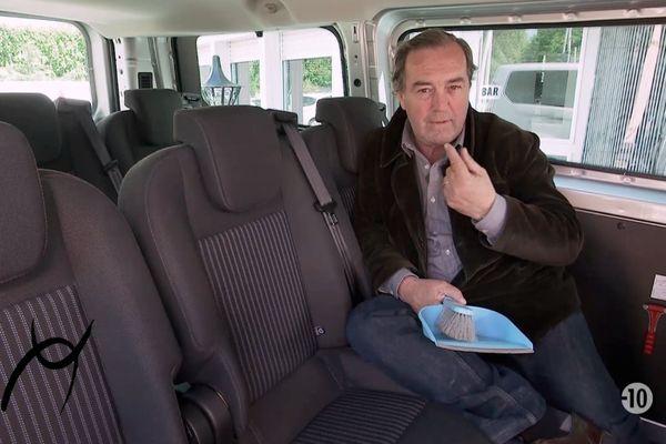 Que fait donc dans cette auto Zocato, une balayette à la main? Réponse demain dans Signes du Toro l'Actu n° 1