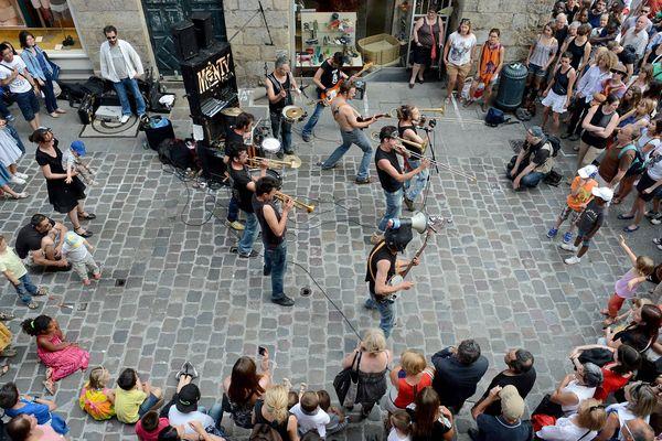 Le groupe rennais Monty Picon joue dans une rue du centre ville de Rennes pour la 33e Fête de la musique.