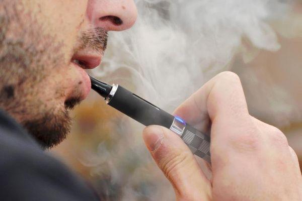 La cigarette électronique pourrait être plus nocive pour la santé que la cigarette traditionnelle, selon une étude américaine publiée le 21 janvier 2015.