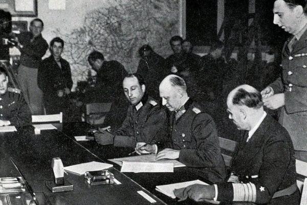 Signature de la capitulation allemande le 7 mai 1945 à Reims par le Général A. JODL