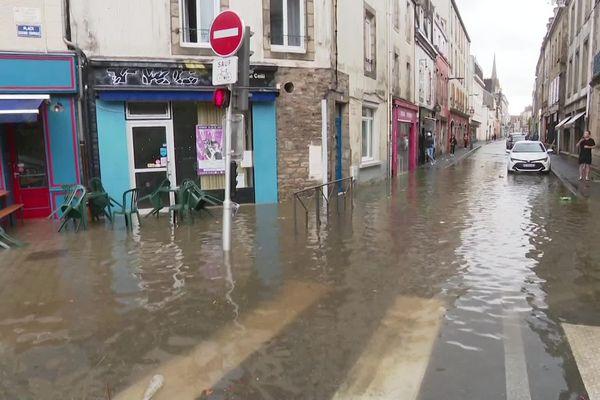 Une rue inondée à Quimper dans le Finistère