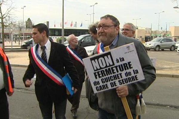 Elus et cheminots réclament le maintien du guiche SNCF de Seurre