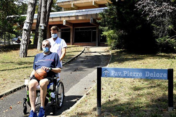 L'hôpital Henry Gabrielle est spécialisé dans l'accueil de patients en situation de handicap, nécessitant une rééducation fonctionnelle. En juillet 2020, l'ancien basketteur, Christian Bruss, victime de la Covid-19, y était soigné, et promené par son kiné dans le parc de l' hôpital, à Saint-Genis-Laval.