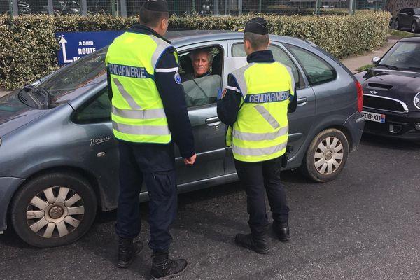 La gendarmerie contrôle les conducteurs de véhicules, pendant la période de confinement  - mars 2020