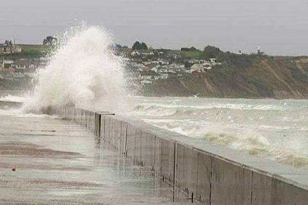 Asnelles (14) : la mer passe par dessus la digue (5 novembre 2013)