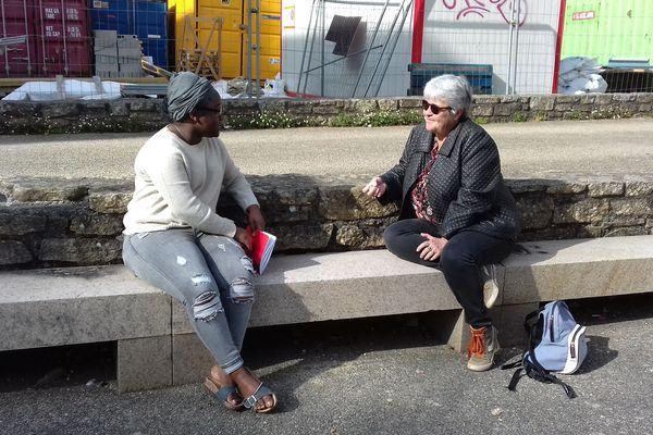 Maryse L'Henoret, éducatrice à Brest rencontre des familles en bas d'un immeuble. G.BRON