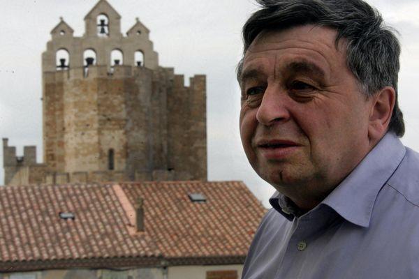 Roland Chassain devant l'église des Saintes-Maries-de-la-mer le 11 février 2005